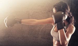做出拳动作的拳击美女摄影高清图片