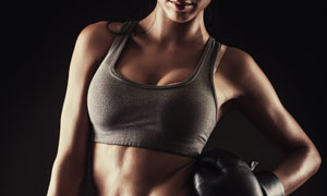 做叉腰姿势的拳击美女摄影高清图片