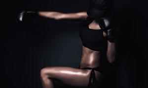 黑暗场景中的性感美女摄影高清图片