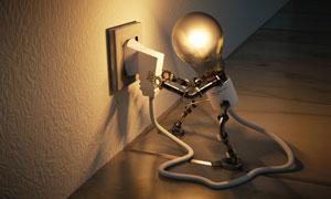 自己插上电的灯泡创意摄影高清图片