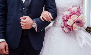 挽着新郎一只手的新娘摄影高清图片