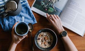 放在桌上的杂志与茶饮摄影高清图片