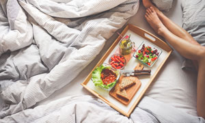 放床上的元气满满早餐摄影高清图片