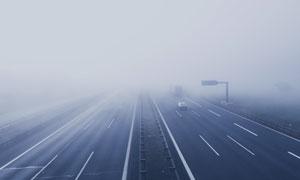 浓雾天气中的高速公路摄影高清图片