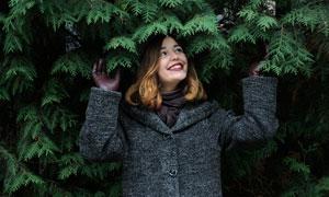 站在树荫下的开心美女摄影高清图片