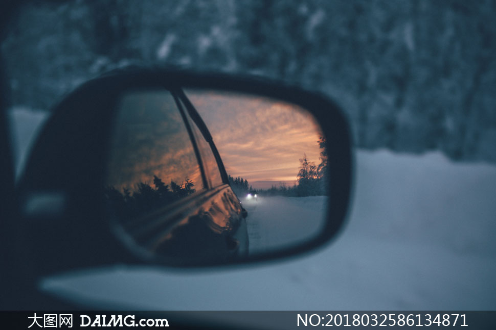 在汽车后视镜中的黄昏风景高清图片 - 大图网设计素材