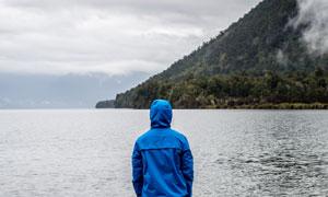 青山与平静的水面风景摄影高清图片
