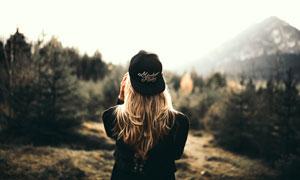 反戴着帽子的金发美女摄影高清图片
