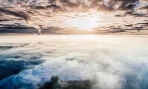 高空中的苍茫云海逆光摄影高清图片