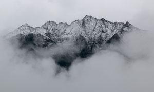 快要被浓雾笼罩的大山摄影高清图片