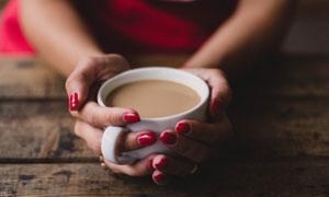 暖在双手中的咖啡特写摄影高清图片