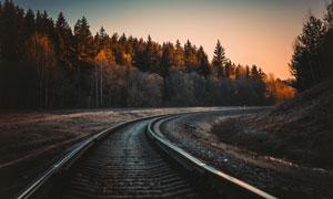 铁路轨道两侧树林黄昏美景高清图片