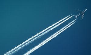 在空中拖出长长轨迹的飞机高清图片