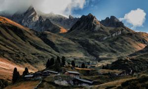 蓝天白云山谷房子风景摄影高清图片