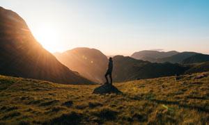 置身山中阳光下的人物摄影高清图片