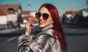 回眸瞬间红发美女人物摄影高清图片