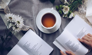 花茶与翻看的书本特写摄影高清图片