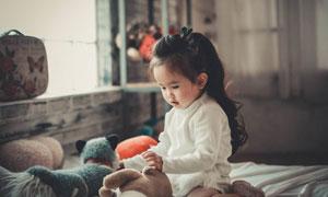 对玩具产生兴趣的儿童摄影高清图片