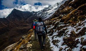 在山间小路上的登山爱好者高清图片