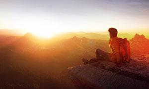 坐在山顶的登山者人物摄影高清图片