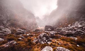 弥漫着大雾的山谷风光摄影高清图片