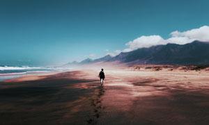 蓝天大海与连绵的群山摄影高清图片