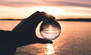 晶莹水晶球中大海风光摄影高清图片