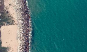岸边乱石与平静的海面摄影高清图片
