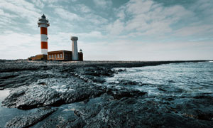 天空白云与海边的灯塔摄影高清图片