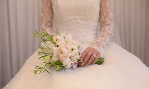 在新娘手里的白色捧花摄影高清图片