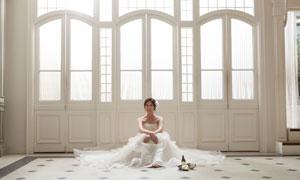 坐地上的幸福新娘人物摄影高清图片