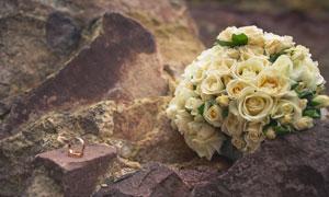 石头上的戒指与玫瑰花摄影高清图片