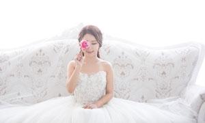 沙发上的白色婚纱新娘摄影高清图片