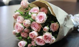 纸包装好的粉色玫瑰花摄影高清图片
