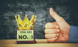 金色皇冠奖杯与大拇指创意高清图片