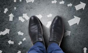 脚下的多种方向的箭头创意高清图片