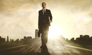 走在成功之路上的人物创意高清图片