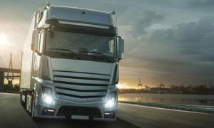 黄昏在路上的重型卡车摄影高清图片