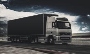 公路上快速行驶的货车摄影高清图片