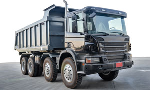 深灰色的渣土运输车辆摄影高清图片
