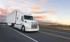 高速公路上的厢式货车摄影高清图片