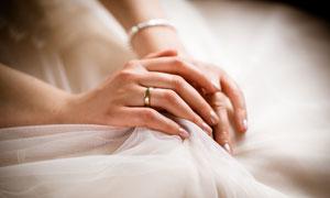 戴新娘手上的戒指特写摄影高清图片