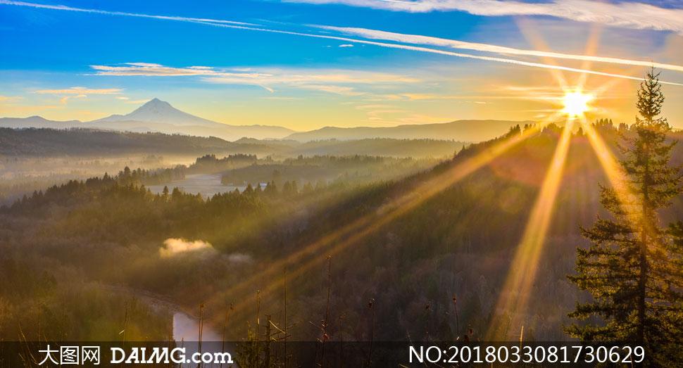 耀眼阳光下的河流山川摄影高清图片