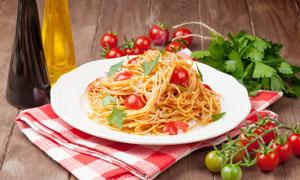 西红柿与一盘意大利面摄影高清图片