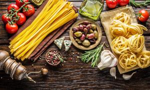 桌上的面条与西餐食材摄影高清图片