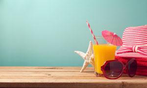 桌上的果汁与海星等物摄影高清图片
