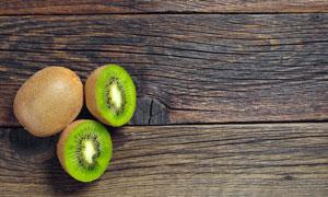 在清晰纹路木板上的猕猴桃高清图片