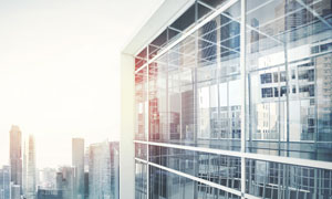 耀眼阳光下的城市楼宇摄影高清图片