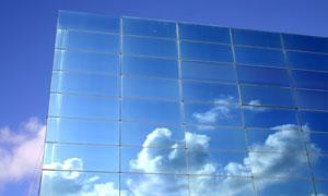 玻璃幕墙上的蓝天白云摄影高清图片