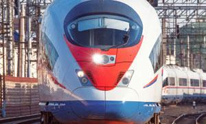 行驶中的客货运输列车摄影高清图片